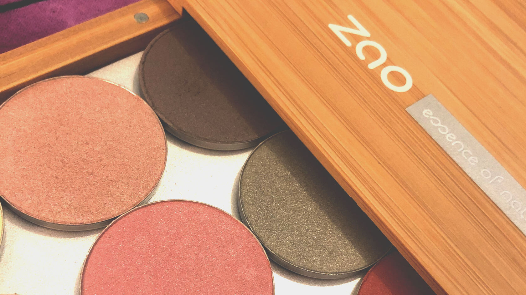 Refillable bamboo makeup palette with magnetic backing