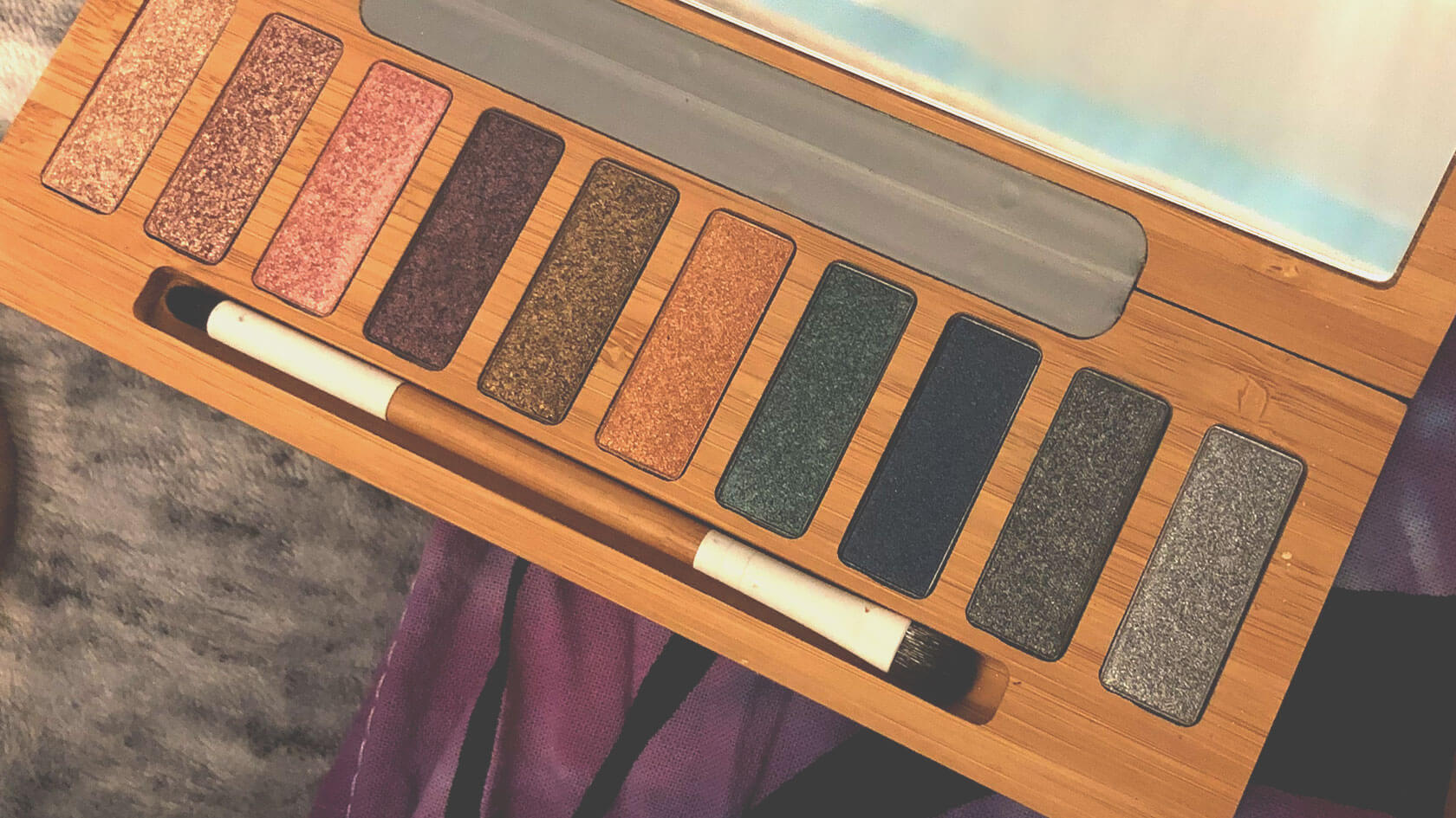 Glittery eyeshadow palette made from bamboo